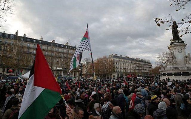 """Los manifestantes """"pro palestinos"""" agitan banderas mientras toman parte en una protesta en París el 9 de diciembre de 2017, en contra del reconocimiento del presidente de los Estados Unidos, Donald Trump, de que Jerusalém es la capital de Israel. (AFP photo / Zakaria Abdelkafi)"""