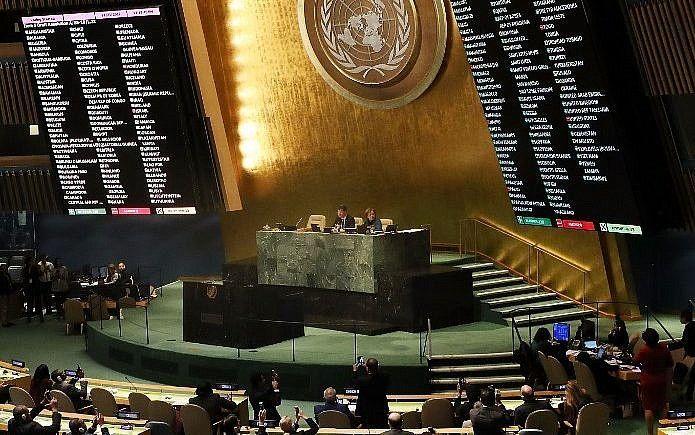 """Los resultados de la votación se muestran en el piso de la Asamblea General de las Naciones Unidas en el que la declaración de los Estados Unidos de Jerusalém como capital de Israel fue declarada """"nula y sin efecto"""" el 21 de diciembre de 2017 en la ciudad de Nueva York. Spencer Platt / Getty Images / AFP)"""