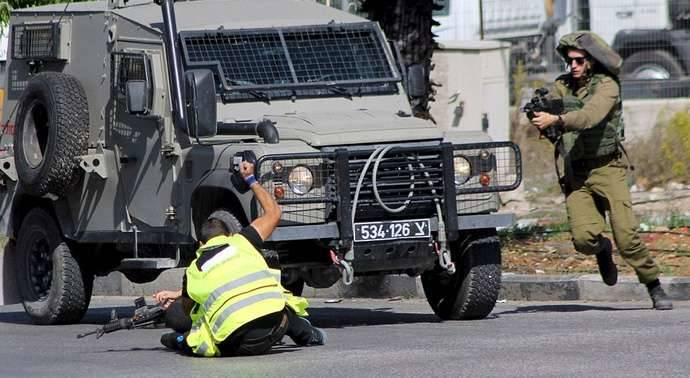 Terrorista musulmán disfrazado de Prensa apuñala a un soldado israelí en octubre de 2015.
