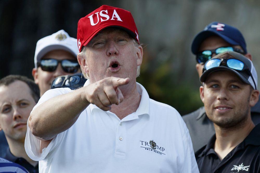 El presidente de EE.UU., Donald Trump, habla mientras se encuentra con miembros de la Guardia Costera de EE.UU., a quienes invitó a jugar al golf, en Trump International Golf Club, en West Palm Beach, Florida, el 29 de diciembre de 2017. (Evan Vucci / AP)