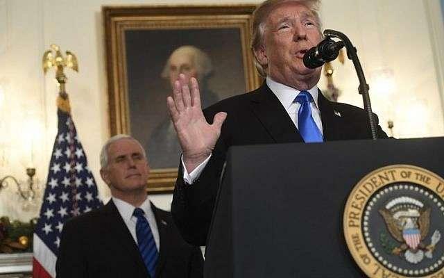 El presidente de EE.UU., Donald Trump, pronuncia una declaración sobre Jerusalém en la sala de recepción diplomática de la Casa Blanca en Washington, DC, el 6 de diciembre de 2017. (Saul Loeb / AFP)