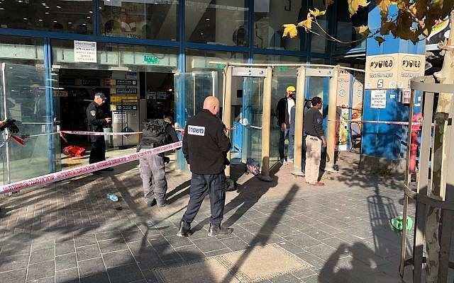 Un guardia de seguridad es apuñalado fuera de la estación central de autobuses en Jerusalém el 10 de diciembre de 2017 (United Hatzalah)