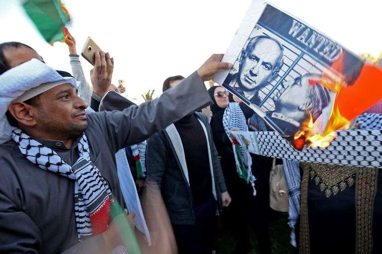 Un manifestante kuwaití quema un cartel del primer ministro israelí Benjamin Netanyahu durante una manifestación frente a la Asamblea Nacional en la ciudad de Kuwait el 9 de diciembre de 2017, contra el reconocimiento del presidente estadounidense Donald Trump de Jerusalém como la capital de Israel. (AFP PHOTO / Yasser Al-Zayyat)