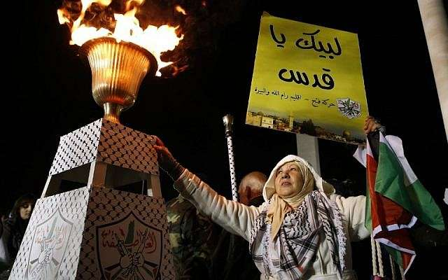 Un partidario del movimiento Fatah asiste a una celebración en la tumba del fallecido egipcio Yasser Arafat que marca el 53 aniversario de la creación del movimiento Fatah en la ciudad de Ramallah el 31 de diciembre de 2017. (AFP PHOTO / ABBAS MOMANI)
