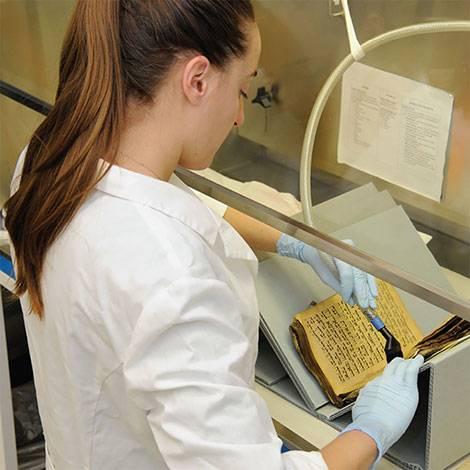 Una experta en los Estados Unidos que restauró uno de los libros rescatados de la comunidad judía iraquí en Bagdad. (Cortesía: Archivos Nacionales de los Estados Unidos y Administración de Registros)