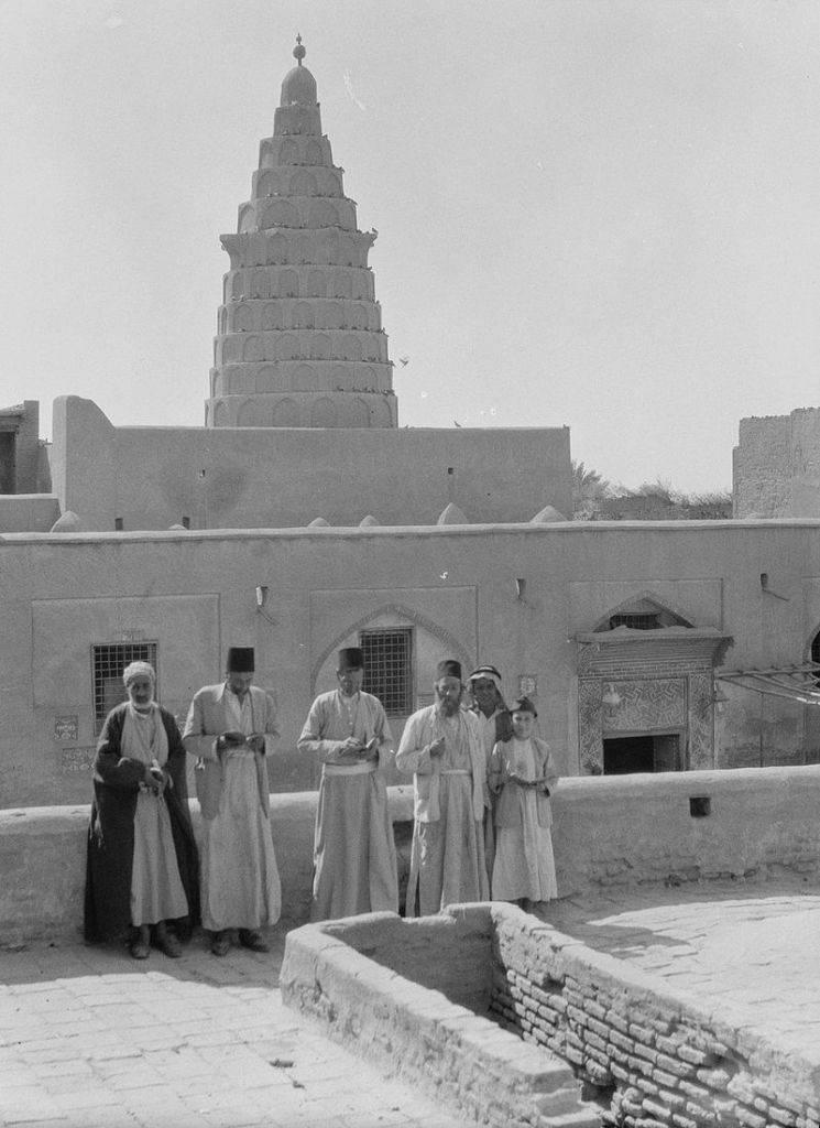 Una fotografía de 1932 de la tumba de Ezequiel en Kifel, en el sureste de Iraq. El área estaba habitada por judíos iraquíes, algunos de los cuales aparecen en la foto. (American Colony, Jerusalén, Photo Depto. / Eric y Edith Matson Photograph Collection / Wikipedia)