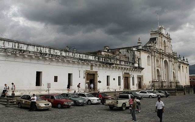 Vista de una iglesia en Antigua, Guatemala. 24 de octubre de 2008. (Kobi Gideon / FLASH 90)