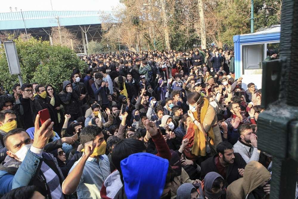 En esta foto tomada por un individuo no empleado por Associated Press y obtenida por la AP fuera de Irán, la policía iraní antidisturbios impide que estudiantes universitarios se unan a otros manifestantes sobre la economía débil de Irán, en Teherán, Irán, el 30 de diciembre de 2017. (AP )