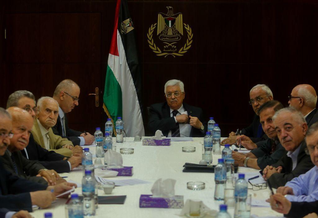 Mahmoud Abbas (centro) asiste al Comité Ejecutivo de la reunión de la Organización de Liberación de Palestina en la ciudad de Ramallah, el 1 de septiembre de 2015. (Flash 90)