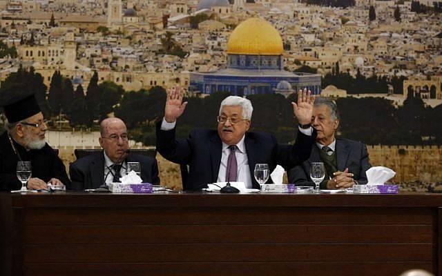 El presidente de la Autoridad Palestina, Mahmoud Abbas (CR), habla durante una reunión en la ciudad de Ramallah, el 14 de enero de 2018. (AFP PHOTO / ABBAS MOMANI)
