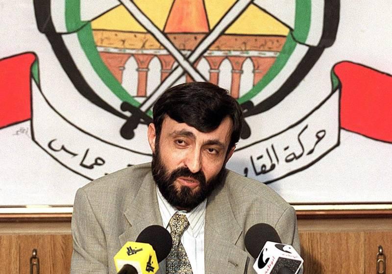 Imad al-Alami, habla con los periodistas en una conferencia de prensa celebrada en los suburbios del sur de Beirut en 1999 .. (crédito de la foto: JOSEPH BARRAK / AFP)