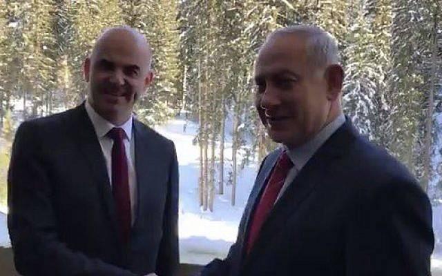 El primer ministro Benjamin Netanyahu (R) le da la mano al presidente suizo Alain Berset en el Foro Económico Mundial en Davos, Suiza, el 24 de enero de 2018. (Jacob Magid / Times of Israel)