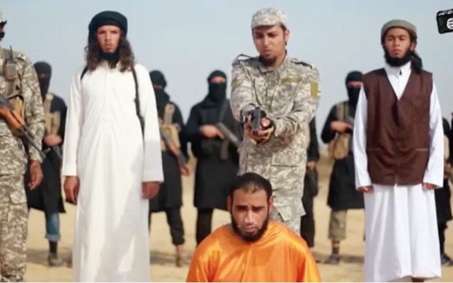 Captura de pantalla de un vídeo producido por la rama de la Península del Sinaí del Estado Islámico en el que el grupo terrorista declara la guerra a Hamas y ejecuta a uno de sus propios miembros por contrabando de armas al grupo. El vídeo fue lanzado el 3 de enero de 2017. (Captura de pantalla)