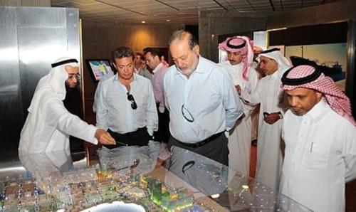 Carlos Slim (C) visitando Jubail, Arabia Saudita, en 2013.