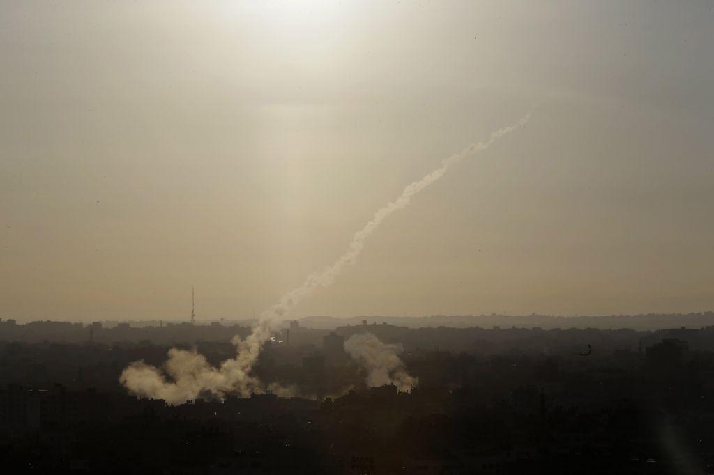 Cohete disparado desde Gaza impacta en campo abierto en el sur