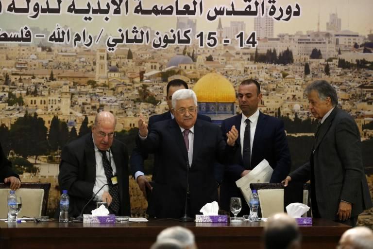 El presidente de la Autoridad Palestina, Mahmoud Abbas (C), llega a una reunión en la ciudad de Ramallah el 14 de enero de 2018. (AFP PHOTO / ABBAS MOMANI)
