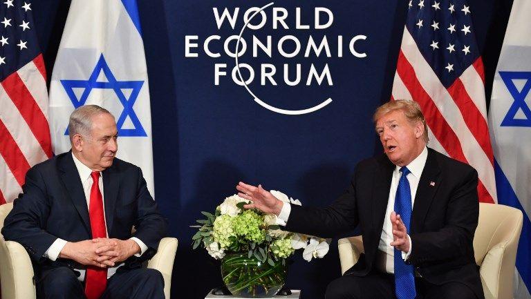 El presidente estadounidense, Donald Trump (derecha), habla con el primer ministro israelí Benjamin Netanyahu durante una reunión bilateral en el marco de la reunión anual del Foro Económico Mundial (FEM) en Davos, Suiza, el 25 de enero de 2018. (AFP PHOTO / Nicholas Kamm)