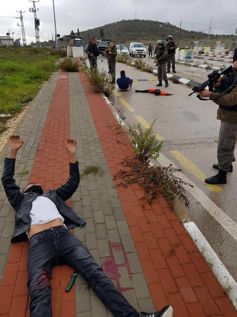 Dos terroristas musulmanes heridos, en el suelo, después de recibir un disparo durante un intento de apuñalamiento en la intersección de Tapuah en Samaria, el 23 de enero de 2018. (Consejo Regional de Samaria)