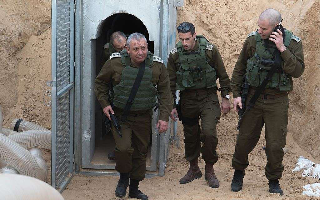 El Jefe de Estado Mayor de las FDI Gadi Eisenkot, izquierda, visita un túnel de ataque excavado por un grupo terrorista palestino desde la Franja de Gaza hacia el sur de Israel durante una visita al área el 20 de diciembre de 2017. (Fuerzas de Defensa de Israel)