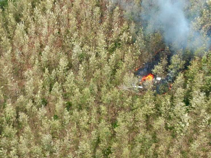 El humo se eleva desde el sitio de un accidente aéreo en Punta Islita, Guanacaste, Costa Rica, eb el que murieron diez extranjeros, entre ellos una familia judía de cinco miembros de Scarsdale, Nueva York, y dos tripulantes costarricenses el 31 de diciembre de 2017. ( Ministerio de Seguridad Pública de Costa Rica vía AP)