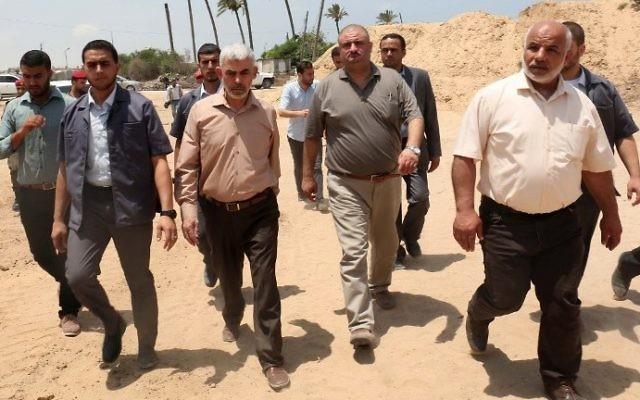 El jefe del grupo terrorista Hamas en Gaza Yahya Sinwar (CL) visita la frontera con Egipto, en la ciudad de Rafah, al sur de la Franja de Gaza, el 6 de julio de 2017. (AFP Photo / Said Khatib)