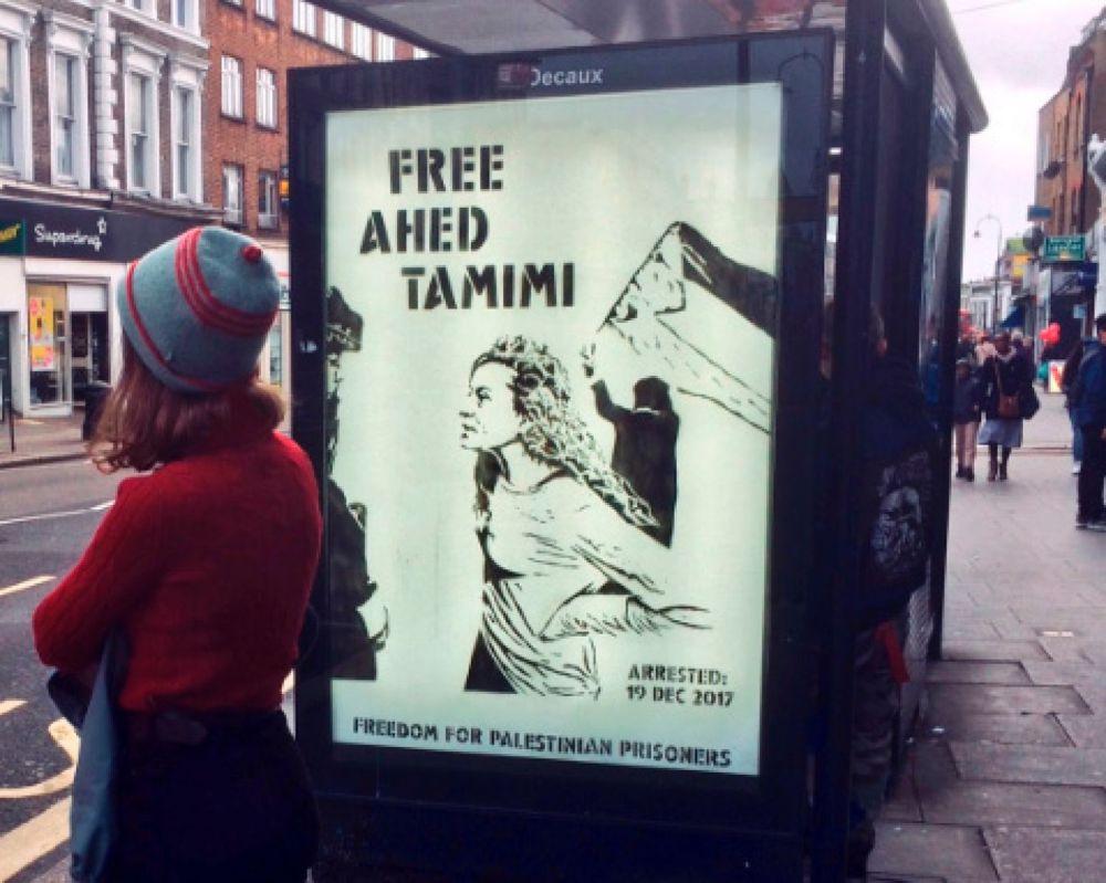 El póster de Libertad a Ahed Tamimi en una parada de autobuses en Londres, diciembre de 2017. Screengrab de @proteststencil