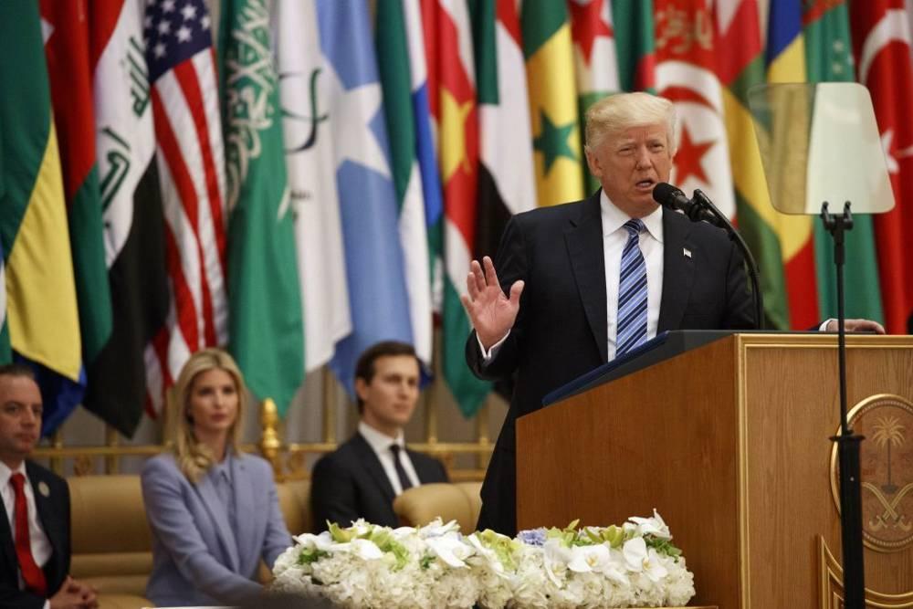 El presidente Donald Trump pronuncia un discurso en la Cumbre Árabe Islámica Estadounidense, en el Centro de Conferencias King Abdulaziz, el domingo 21 de mayo de 2017 en Riad, Arabia Saudita.Desde la izquierda, Ivanka Trump y el asesor principal de la Casa Blanca, Jared Kushner.(AP / Evan Vucci)