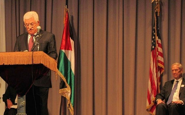 El presidente de la Autoridad Palestina Mahmoud Abbas pronuncia un discurso en Cooper Union en la ciudad de Nueva York el lunes, 22 de septiembre de 2013. Warren Clark, director ejecutivo de Churches for Middle East Peace, que copatrocinó el evento, está a la derecha. (Cathryn J. Prince / The Times of Israel)