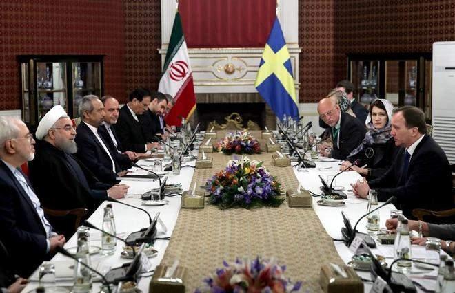 El presidente iraní, Hasan Rohani, y el primer ministro sueco, Stefan Lofven, se reúnen acompañados de sus ministros en Teherán.   AFP