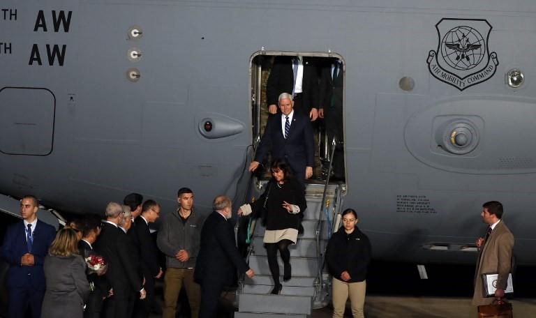 El vicepresidente estadounidense Mike Pence y su esposa Karen Pence bajan de un avión al llegar al aeropuerto Ben Gurion, cerca de la ciudad israelí de Tel Aviv el 21 de enero de 2018. (AFP / Jack Guez)