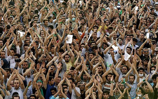 """En esta foto de archivo del lunes 15 de junio de 2009, cientos de miles de partidarios del principal candidato presidencial de la oposición, Mir Hossein Mousavi, que afirma que hubo fraude electoral en las elecciones, protestan contra el resultado de las elecciones en una concentración masiva en el parque Azadi (Libertad) en Teherán, Irán. Irán conmemora el aniversario del final de las protestas de 2009 que llama """"la sedición"""" (AP Photo / Ben Curtis, archivo)"""