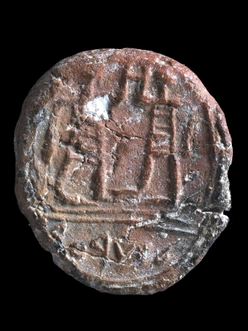"""Encontrado a 100 metros del Muro Occidental de Jerusalém, el sello del período del Primer Templo publicado en diciembre de 2017 lleva una inscripción que dice: """"Al gobernador de la ciudad"""". (Clara Amit, Autoridad de Antigüedades de Israel)"""