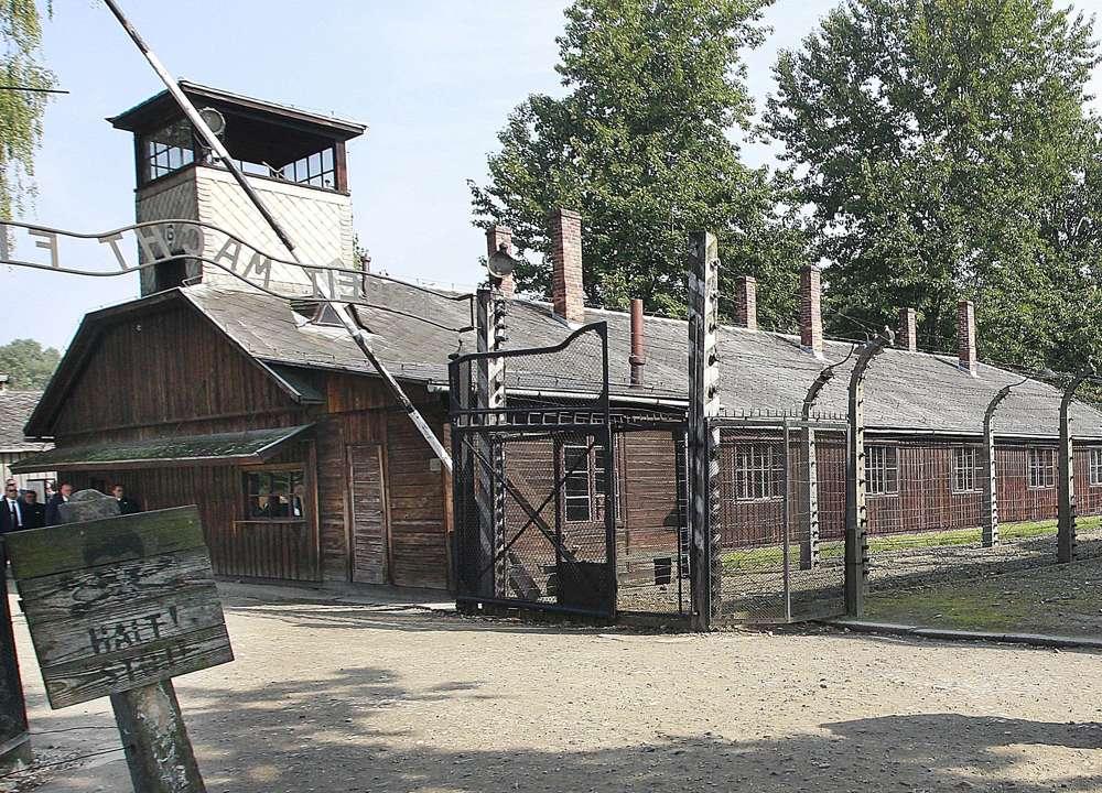 Esta foto de archivo del 29 de julio de 2016 muestra la entrada principal del antiguo campo de exterminio nazi alemán de Auschwitz, Polonia. (AP Photo / Czarek Sokolowski)