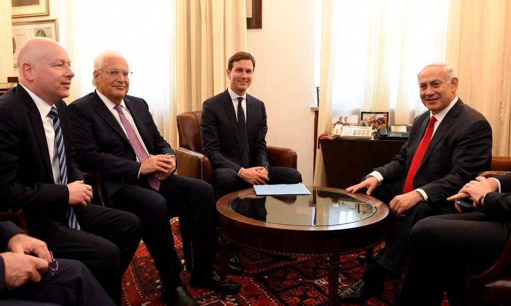 El embajador de Estados Unidos en Israel David Friedman (segundo a la izquierda) y los enviados especiales del presidente estadounidense Donald Trump Jared Kushner (izquierda) y Jason Greenblatt (segundo a la derecha) se reúnen con el primer ministro Benjamin Netanyahu en la oficina del primer ministro en Jerusalém, el 21 de junio de 2017. (Matty Stern / Embajada de los Estados Unidos en Tel Aviv)