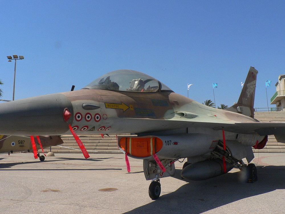 F-16A Netz 107 con marcas de 6,5 victorias sobre aviones sirios y con la insignia triangular de que indica que fue uno de los ocho F-16 que participaron en el bombardeo del reactor nuclear de Osirak.