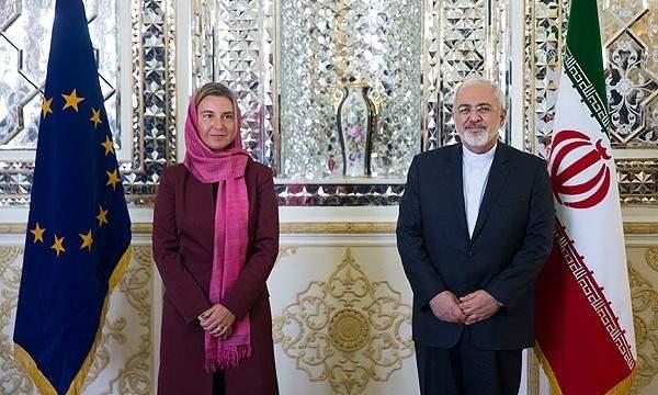 (El representante de la UE, Mogherini, sonríe alegremente con el ministro de Asuntos Exteriores de Irán, Zarif, durante su viaje comercial a Irán en 2017)