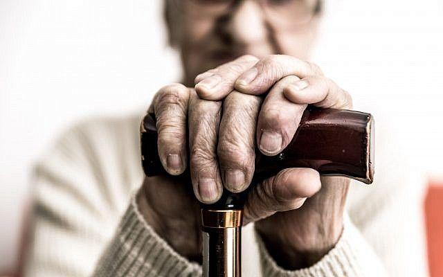 Imagen ilustrativa de una anciana con un bastón (oneinchpunch, iStock by Getty Images)