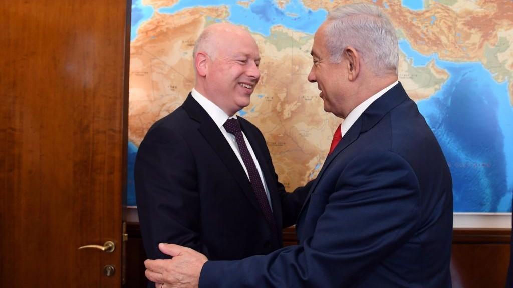 El enviado del presidente de los Estados Unidos, Donald Trump, a Oriente Medio, Jason Greenblatt, a la izquierda, y el primer ministro, Benjamin Netanyahu, intercambian saludos en la Oficina del Primer Ministro en Jerusalém, 12 de julio de 2017. (Haim Tzach / GPO)