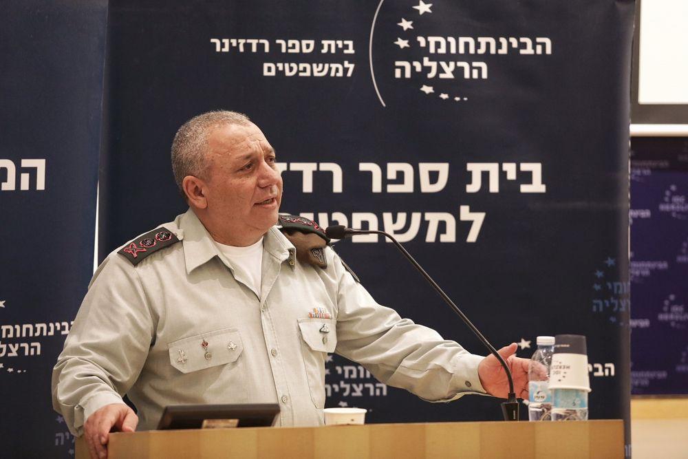 El Jefe de Gabinete de las FDI Gadi Eisenkot habla en una conferencia en el Centro Interdisciplinario en Herzliya el 2 de enero de 2018. (Adi Cohen Zedek)