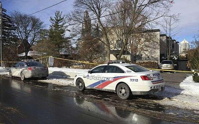 La cinta policial rodea la casa del multimillonario Barry Sherman el sábado 17 de diciembre de 2017 en Toronto. (AP Photo / Robert Gillies)