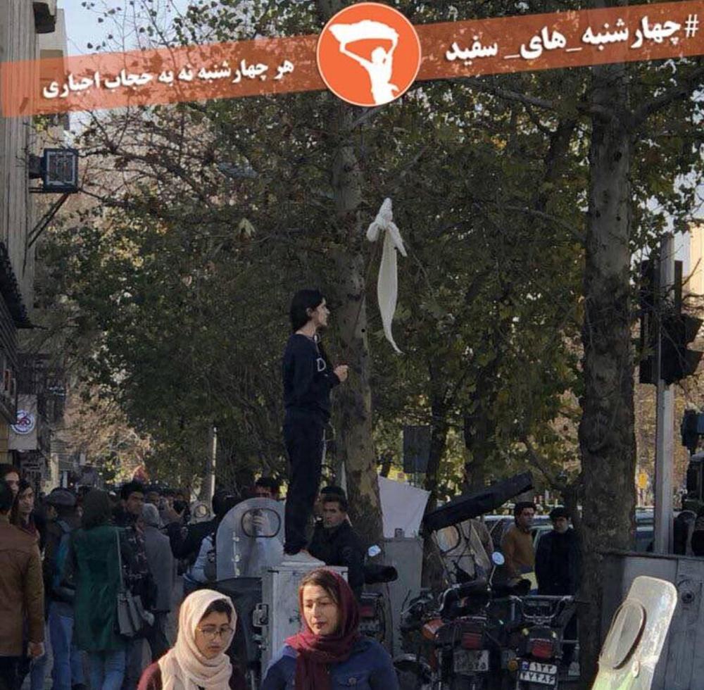 La joven iraní protesta en el cruce de Enghelab y Abureihan, en Teherán, el 27 de diciembre de 2017.