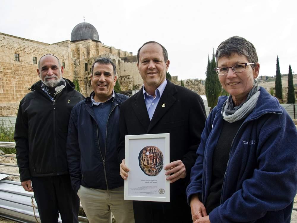 La presentación del sello con la inscripción 'Al gobernador de la ciudad' al Alcalde de Jerusalén Nir Barkat en diciembre de 2017. De derecha a izquierda: La Dr. Shlomit Weksler-Bdolah, excavadora en nombre de la Autoridad de Antigüedades de Israel; Nir Barkat, alcalde de Jerusalén; El Dr. Yuval Baruch, director de la Región de Jerusalén en la Autoridad de Antigüedades de Israel; y Herzl Ben Ari, gerente general de la Jewish Quarter Development Company. (Yoli Schwartz, Autoridad de Antigüedades de Israel)