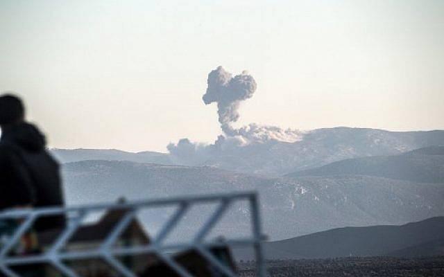 Las columnas de humo en el lado sirio de la frontera en Hassa, cerca de Hatay, en el sur de Turquía, el 20 de enero de 2018, mientras los aviones de combate turcos chocan contra las posiciones de las Unidades de Protección del Pueblo (YPG). (AFP PHOTO / BULENT KILIC)