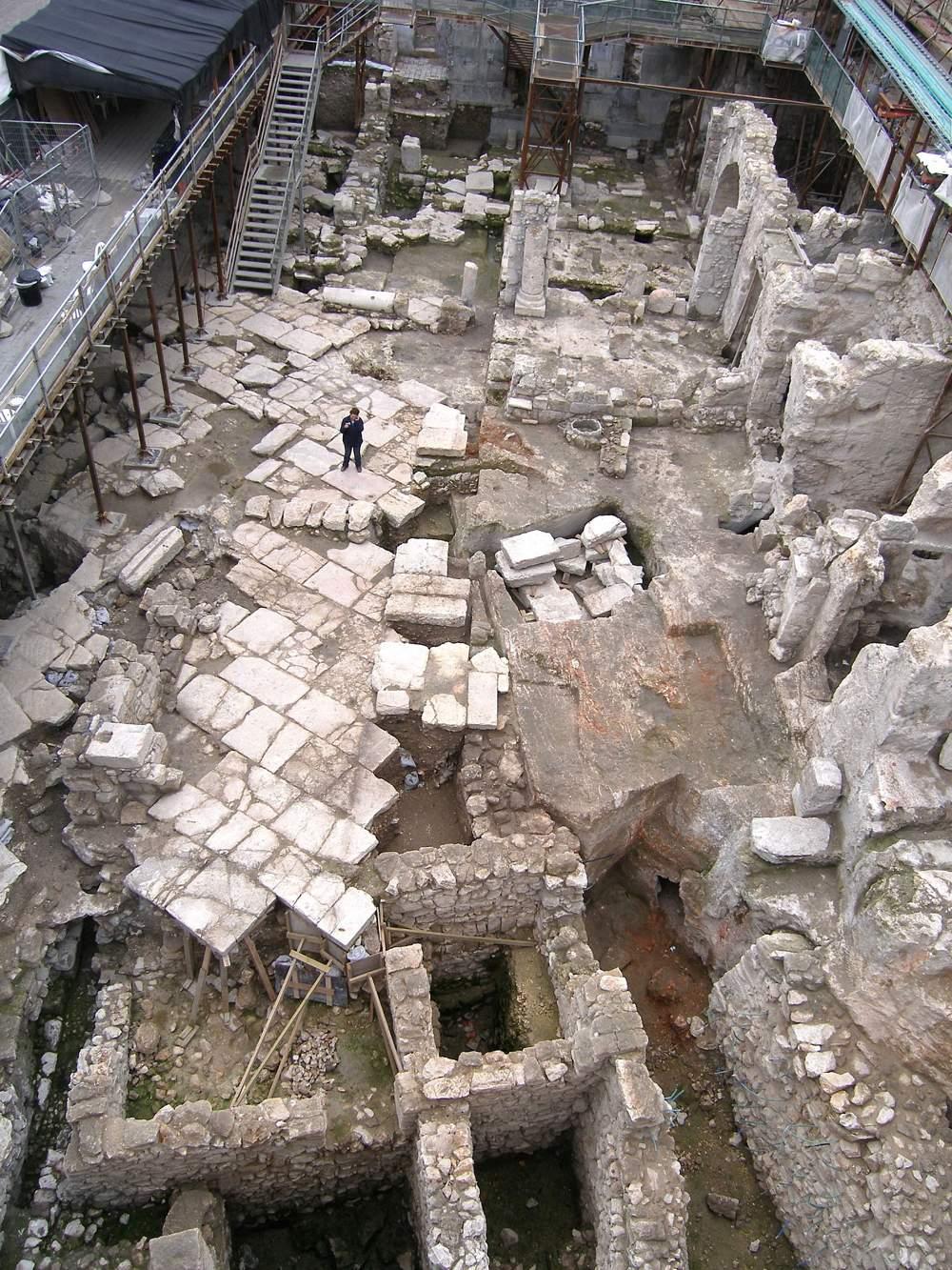 """Las excavaciones de la IAA en la plaza del Muro Occidental de Jerusalem, donde fue descubierto el sello del período del Primer Templo, con la inscripción """"Al gobernador de la ciudad"""", en diciembre de 2017. (Shlomit Weksler-Bdolah)"""