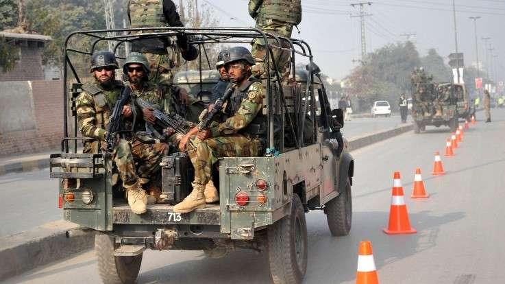 Las tropas pakistaníes llegan al sitio de un ataque de talibanes en una escuela en Peshawar el 16 de diciembre de 2014. (crédito de la foto: AFP / A MAJEED)