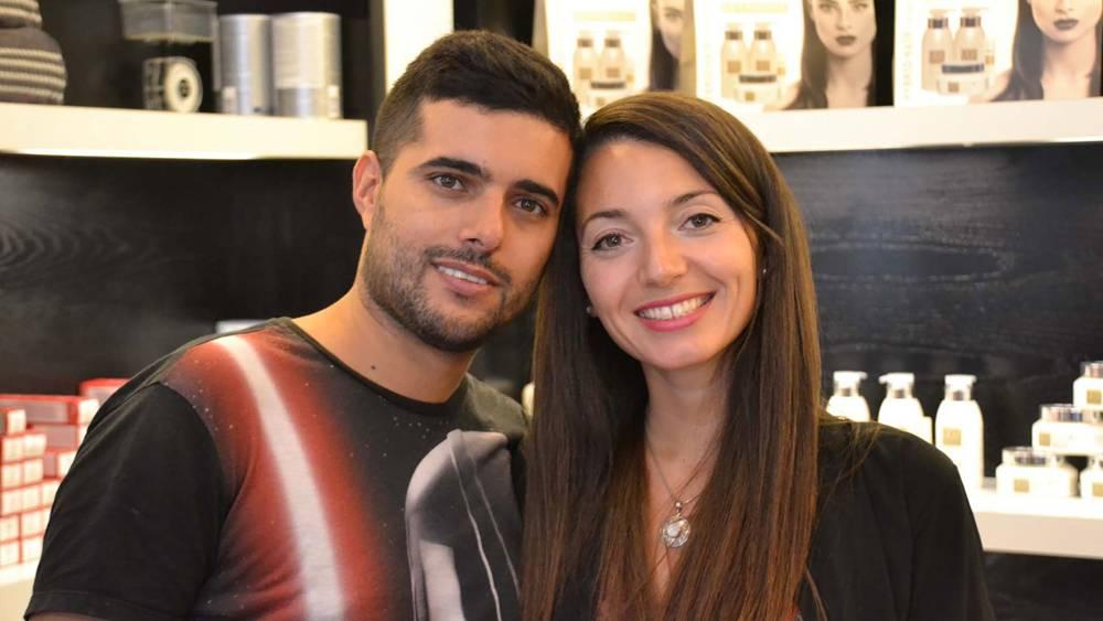 Laura junto a su novio, Adi, en la peluquería