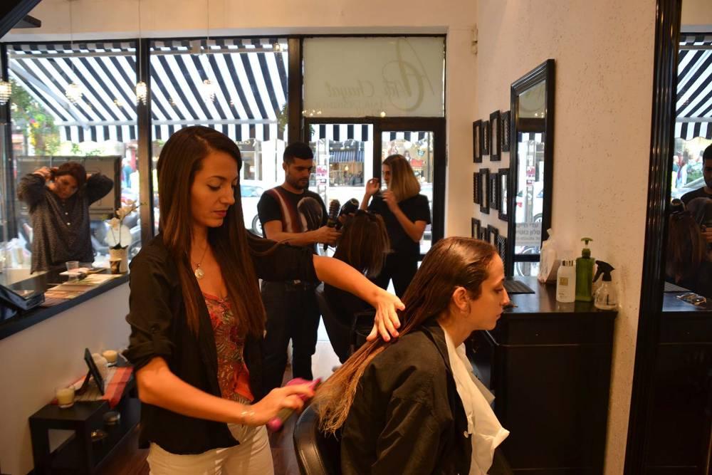 Laura trabaja en la peluquería de su novio, Adi