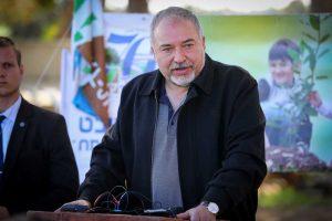 El ministro de Defensa, Avigdor Liberman, durante una ceremonia para la festividad judía de Tu Bishvat en Kibbutz Kfar Aza, en el sur de Israel, el 31 de enero de 2018. (Flash 90)