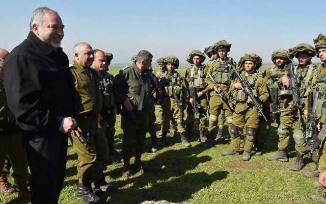 El Ministro de Defensa Avigdor Liberman, izquierda, y el Jefe de Gabinete de las FDI Gadi Eisenkot visitan un simulacro de las FDI en los Altos del Golán el 21 de febrero de 2017. (Ariel Hermoni / Ministerio de Defensa / Flash 90)