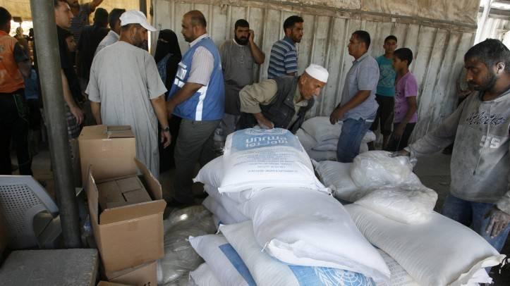Los árabes reciben ayuda en un centro de distribución de las Naciones Unidas (UNRWA) en el campo de refugiados de Rafah, al sur de la Franja de Gaza el 31 de julio de 2014 (crédito de la foto: Abed Rahim Khatib / Flash 90)